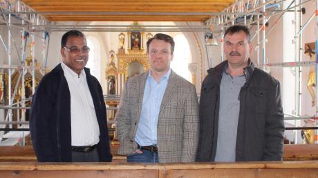 Sie haben die Renovierung im Griff: (von links) Pater Jakob, Bauleiter Denis Galisch und Kirchenpfleger Robert Rogg.