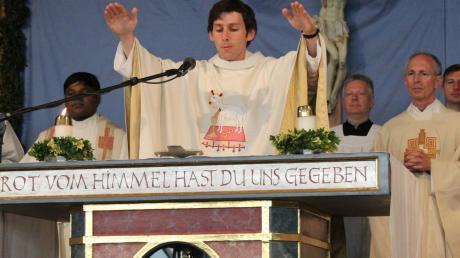 Helmut Wißmiller am Altar. Der ehemalige Bankkaufmann widmet sich nun der Verkündigung des Wortes Gottes.