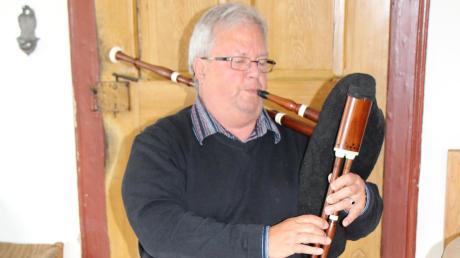 Die hiesigen Dudelsäcke sind Christoph Löcherbachs Lieblingsinstrumente. Allerdings spielt er sie nur noch, wenn keiner zuhört. Grund ist das Post-Polio-Syndrom, das seine Koordination beeinträchtigt.