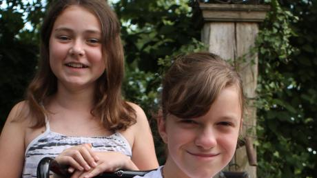 Emma Aschenbrenner (hinten) und Felicitas Fischer haben ein Lied mit einer Botschaft geschrieben – und damit eine Jury überzeugt.