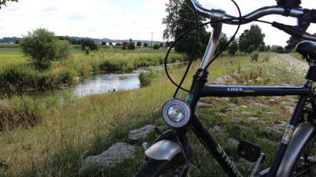 Natur pur: Wer mit dem Rad durch das Unterallgäu fährt, trifft auf idyllische Orte. Die Mindel zwischen Hausen und Pfaffenhausen lädt zum Rasten ein.