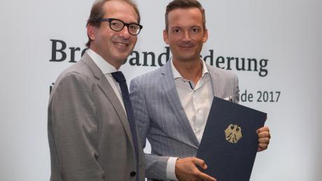 Bundesverkehrsminister Alexander Dobrindt überreichte in Berlin den Förderbescheid über eine Million Euro an Bürgermeister Peter Wachler.