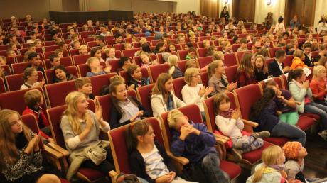 """Volles Haus für eine besondere Schulstunde: Schülerinnen und Schüler durften bei der MZ-Aktion """"Kinder spielen für Kinder"""" hinter die Kulissen des Festivalorchesters in Bad Wörishofen blicken."""