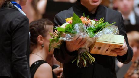 """Blumen und Süßigkeiten aus Bad Wörishofen für den """"Artist in Residence"""" des Festivals: Fazil Say."""