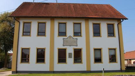 Die Fassade des Markt Walder Rathauses wurde gestrichen und die Christoph-Scheiner-Gedenktafel restauriert.