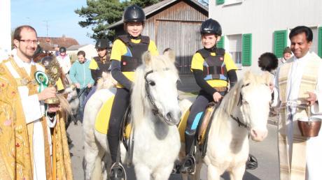 Kaplan Thomas Kleinle (links) und Pater Geesan Ponthempilly segneten die Rösser und ihre Reiter, darunter zahlreiche Kinder mit ihren Ponys.
