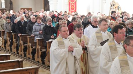 Gemeinsam mit Dekan Andreas Straub und 18 Priestern sowie vor mehr als 500 Mesnerinnen und Mesnern feierte Generalvikar Harald Heinrich in der Pfarrkirche St. Stephan einen festlichen Gottesdienst.