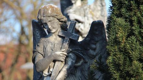 Auf den Friedhöfen der Gemeinde Markt Wald steigen die Grab- und Liegegebühren.