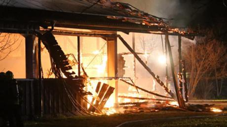 Brand einer Reithalle in Ettringen