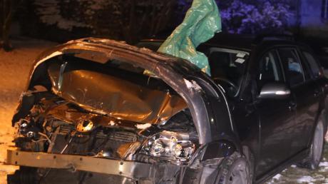 Glück im Unglück hatte der Fahrer dieses Autos: Beim Zusammenstoß mit einem Zug an einem Bahnübergang in Breitenbrunn wurde das Auto des 61-Jährigen zwar schwer beschädigt, er selbst blieb aber unverletzt.
