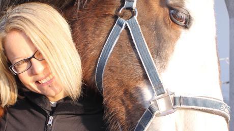 Tierheilpraktikerin Susanne Huber arbeitet mit verschiedenen Tieren, unter anderem auch miit Pferden und Katzen.