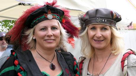 """Susanne Schuster und Susanne Schäffler (rechts) sind mitten in den Vorbereitungen fürs große Fest. Susi Schäffler spielt im Stück """"Die Marketenderin"""" die Hauptrolle."""