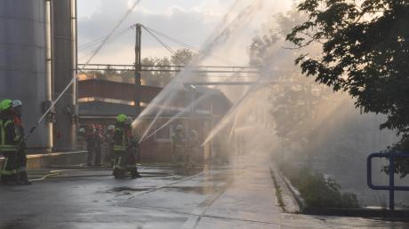 Eine knifflige Aufgabenstellung erwartete die Retter bei der Großübung auf dem Salamander-Werksgelände in Türkheim. Zum 80-jährigen Bestehen der Werksfeuerwehr nahmen die umliegenden Feuerwehren an der Übung teil.