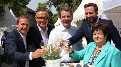 Hotelier Luis Hillebrand, Frank Irsigler, Vizebürgermeister Stefan Welzel, Markus Knauer und Ilse Erhard (von links) stießen auf eine gelungene Meile an.