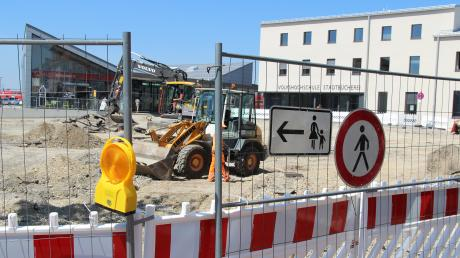 Der Bahnhofsplatz in Buchloe wird ausgebaut.