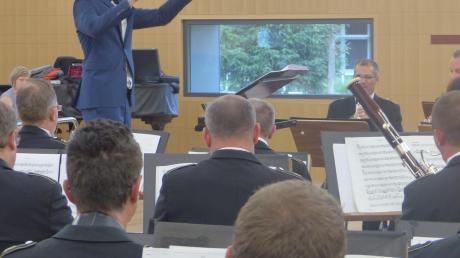 Markus Peter dirigiert das Musikkorps der Bundeswehr. Das Konzert war zugleich der Abschluss seines Masterstudiums Blasorchesterleitung.
