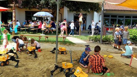 """Viele Besucher kamen 2018, um mit Kindern und Erzieherinnen das 35-jährigen Bestehen der Kirchheimer Kinder-Tageseinrichtung """"Maria Königin"""" zu feiern. Nun wird der Kindergarten erweitert."""