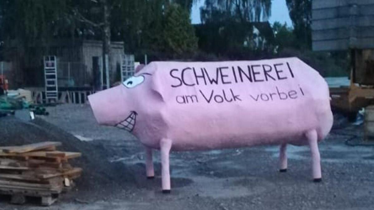 Unbekannte stellen riesiges Pappschwein vor Moschee