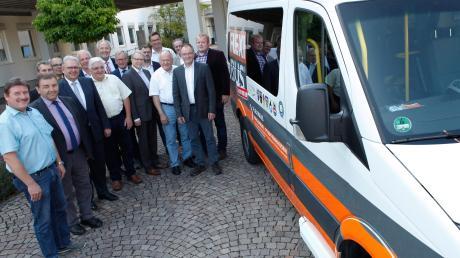 Fahrt aufnehmen wird Flexibus ab Oktober zunächst im Raum Kirchheim-Pfaffenhausen, dann im Raum Mindelheim-Dirlewang-Kammlach. Die Bürgermeister freuten sich mit Landrat Hans-Joachim Weirather und den Busunternehmern über das neue Angebot.
