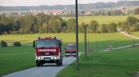 Kurz nach Alarmierung brausten die ersten Feuerwehrfahrzeuge mit Martinshorn in den Weiler Walchs bei Apfeltrach und versetzten den idyllischen Ort in einen wahren Schauplatz.