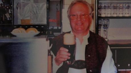 So kannten ihn alle Wörishofer: Alfred Forster hinter seinem Tresen, ein selbst gebrautes und frisch gezapftes Bier in der Hand. Das Löwenbräu wurde mit Bad Wörishofen groß und berühmt.