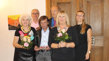 Die Künstler Isolde Egger, Benedikt Zint, Franz Epple, Bernhard Jott Keller und Gabi Dräger (von links) sorgen für Aufsehen. Rechts Stephanie Unglert, Vertreterin des Förderkreises Türkheim.<b>  Foto: Thessy Glonner</b>