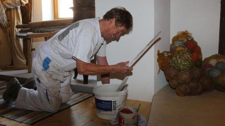Malermeister Karl Dechmann schwingt auch mit 80 Jahren noch den Pinsel bei diversen Malerarbeiten im Museum und auch sonst ist er immer eine helfende Hand bei allem, was ansteht.