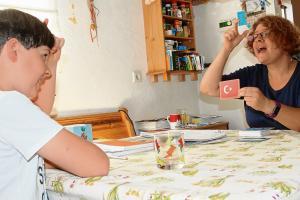 Zehnjähriger lernt freiwillig die Gebärdensprache