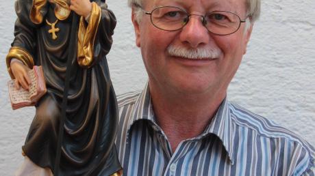Kirchenpfleger und Bürgermeister Anton Schwele mit der Figur des heiligen Magnus.