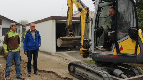 Die letzten Hausanschlüsse in Hausen werden für Gas-, Wasser- und Glasfaseranschluss gelegt. Unser Bild zeigt (von links) Emil Baroti, Bürgermeister Hans Egger und Hubert Egger im Bagger.
