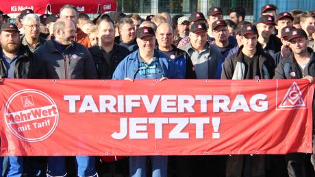 """Die Firma Wanzl ist aktuell nicht tarifgebunden. Die Mitarbeiter in Kirchheim und die Gewerkschaft wollen aber einen speziell auf Wanzl zugeschnittenen Tarifvertrag. Um das zu erreichen, gab es die """"Aktive Mittagspause""""."""