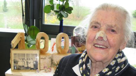 Frieda Vogler, im Hintergrund Geburtstagsgeschenke