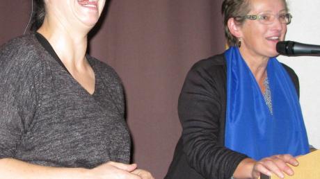 """""""Ich war schon immer irgendwie anders""""Gut gelaunt nach einem großartigen Abend: Unternehmerin Sina Trinkwalder (links) mit Ottilia Trommer, Diözesanvorsitzende im Diözesanverband Augsburg des katholischen Frauenbundes."""