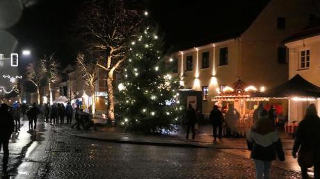 Trotz regnerischen Wetters strömten die Besucher nach Pfaffenhausen, um den leuchtenden Ort zu genießen.