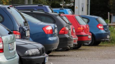 Viele sind mit der Parkplatz-Situation in Altenstadt unzufrieden. Jetzt wird eine Lösung gesucht.