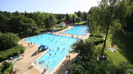 Das städtische Freibad von Bad Wörishofen liegt inmitten eines weitläufigen Parks. Wie dort neue Attraktionen für Kinder und Jugndliche entstehen könnten, wurde jetzt im Sozialausschuss deutlich.