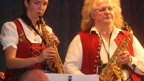 """Larissa Strodl und Klaus-Jürgen Herrmannsdörfer beeindruckten mit ihren Saxofonen bei """"Over the rainbow"""""""