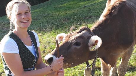 Um vier Uhr morgens begann der Tag auf der Alpe im Stall bei den Kleintieren: Anschließend holte die Unterallgäuerin die 17Kühe zum Melken. Den morgendlichen Sternenhimmel und die Ruhe hat sie dabei besonders genossen.