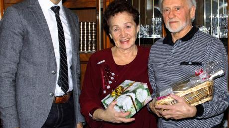 Glückwünsche zur Goldenen Hochzeit von Galina und Viktor Gossen überbrachte Türkheims Bürgermeister Christian Kähler (links).