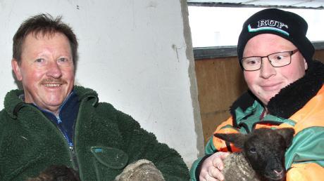 Stolz zeigen Anton und Andreas Waigel die niedlichen Drillinge, die in ihrem Schafstall in Bronnen zur Welt gekommen sind.