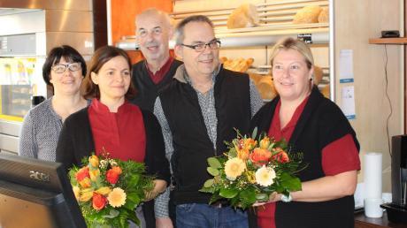 Blumen gab es für die Betreiberinnen Maria Ebner (2. von links) und Alexandra Dittrich (re.) von Bürgermeister Jürgen Tempel (2. von rechts) zum Start des neuen Dorfladens von Breitenbrunn. Elisabeth Kugler-Mayr (li.) und ihr Mann Ernst Mayr (3.v.l.) sorgen für die Backwaren.