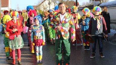 Mut zur Farbe bewiesen viele Umzugsteilnehmer in Kirchheim und die Wintersonne brachte die Kostüme zum Leuchten.