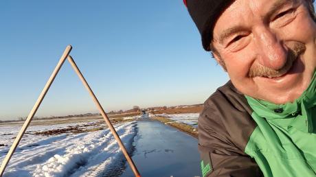 Siggi Saumweber hat den Radweg vom Eis befreit.