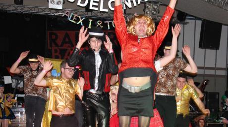 """In der Mehrzweckhalle von Wiedergeltingen ging es hoch her. Der Elferrat der Gastgarde Ramminarria präsentierte seine """"Mini-Playback-Show""""."""