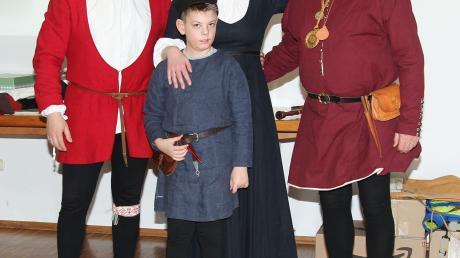 So ist es richtig: Ernst und Jessica Striebel, ihr Sohn Sebastian und Jessicas Vater Karl Nymann im historischen Gewand wie man es zur Zeit der Markterhebung Kirchheims um 1490 getragen hat.