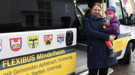 """""""Großer Bus"""" findet die kleine Franziska, die mit ihrer Mutter Patricia Schmid aus Apfeltrach nach Mindelheim """"gereist"""" ist. Für beide war es die Flexibus-Premiere."""