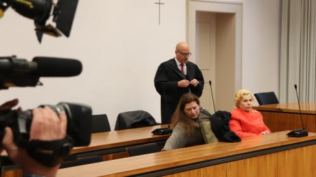 """""""Oma Ingrid"""" kam gestern als gezeichnete und gesundheitlich schwer angeschlagene Frau in den Saal der 3. Strafkammer des Landgerichts Memmingen. Das Medieninteresse war auch diesmal enorm. Und dieses Interesse könnte nach Ansicht des Richters auch ein Motiv für ihre häufigen Diebstähle gewesen sein."""