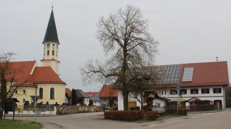 So sah es im vergangenen Frühjahr noch in Erisried aus. Inzwischen wurde der Platz vor der Kirche umgestaltet und die Dorfstraße erneuert. Nur die letzte Asphaltschicht lässt noch auf sich warten.