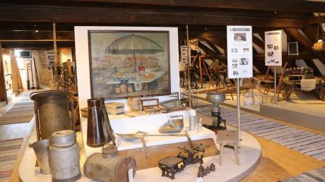 Auf dem großen Dachboden sind zahlreiche Exponate aus der Landwirtschaft und viele Hilfsmittel bei der Herstellung unterschiedlicher Güter, wie Seile und Teppiche, untergebracht.