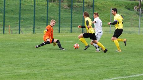 Einen schweren Stand hatte Top-Torjäger Reinhold Haar (weißes Trikot) vom TSV Kammlach. Hier hindern ihn gleich drei Gegenspieler am Torschuss. Kein Team konnte einen Treffer erzielen, am Ende waren aber beide mit der Punkteteilung zufrieden.